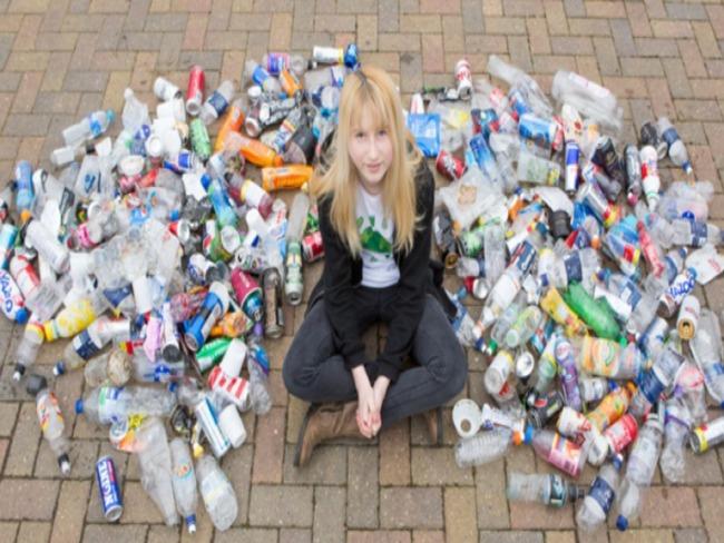 Mesmo sendo ridicularizada por colegas de classe, jovem recolhe todo lixo que encontra no caminho de sua casa até a escola