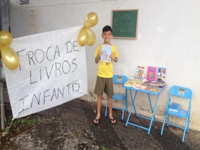 Menino de 8 anos gosta tanto de ler que organizou uma feira de livros em sua casa