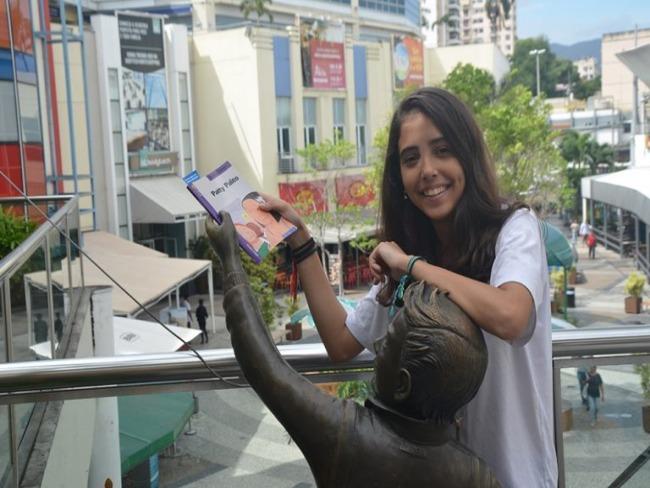 """Estudantes """"esquecem"""" livros pela cidade e incentivam a leitura no Rio"""