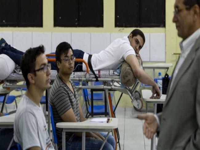 Mesmo paraplégico e com bala alojada, aluno de medicina assiste aula na maca em Piauí