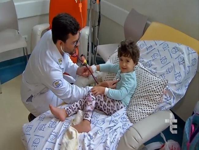 Menino curado vira médico para cuidar de crianças com câncer