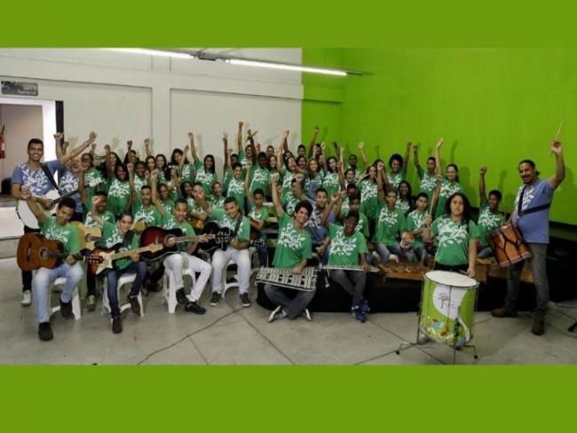 Música melhora notas escolares e muda vida de jovens de comunidade