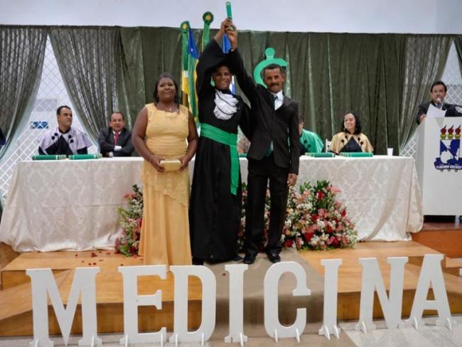 Comunidade ajuda e família vai à formatura de João, médico quilombola