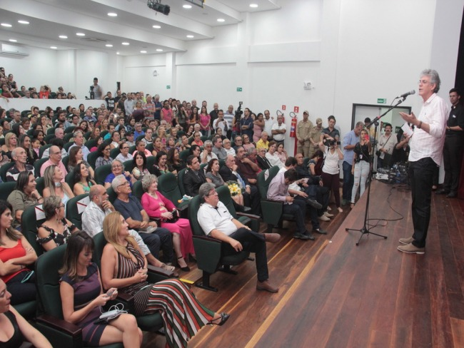 Ricardo entrega reforma do Teatro Íracles Pires em Cajazeiras