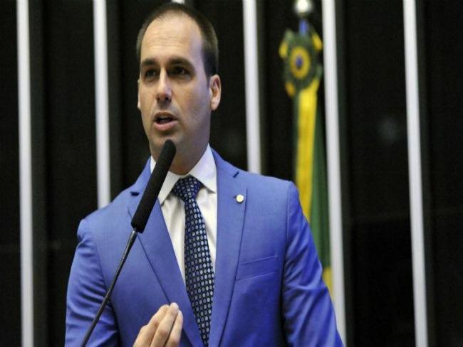 Novo governo quer evitar pautas-bombas, diz Eduardo Bolsonaro