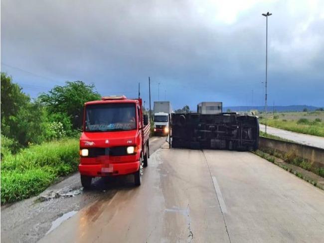 Caminhão tomba e complica trânsito na BR-232, em Bezerros