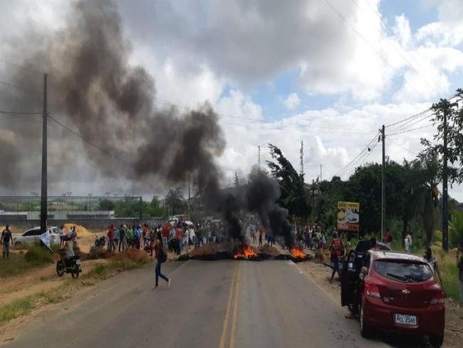 Grupo bloqueia PE-60 para protestar contra buracos e assaltos
