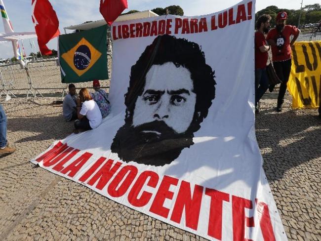 Em vigília, apoiadores choram e já esperam soltura de Lula em Curitiba...