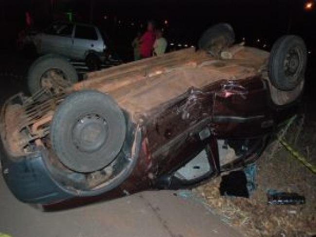 Carro capota em grave acidente no Cidade Alta em Goioerê