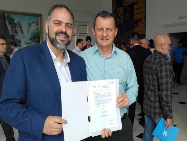 Pedro Coelho assina convênio com o governo beneficiando centenas de famílias goioerenses