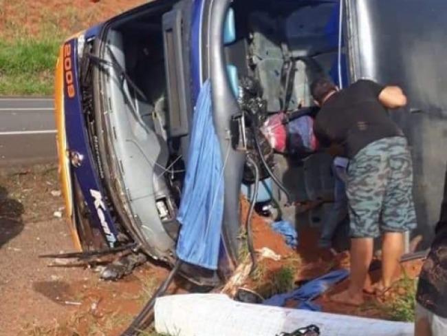 Ônibus que saiu de Umuarama com lojistas da região tomba em rodovia de SP