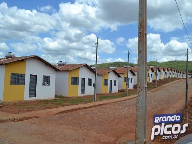73 famílias são retiradas de residencial em Picos
