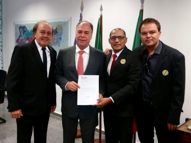 Prefeito Erivaldo Oliveira entrega a população uma máquina Perfuratriz