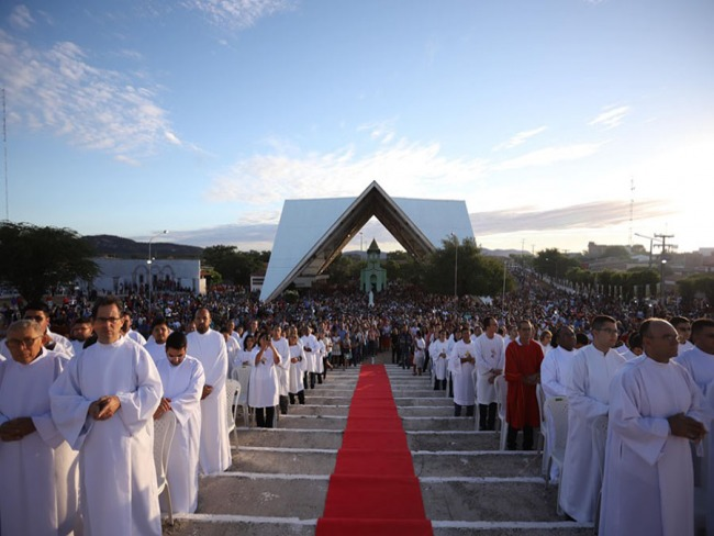 Festa de Pentecostes leva multidão ao Parque Religioso Cruz da Menina, em Patos